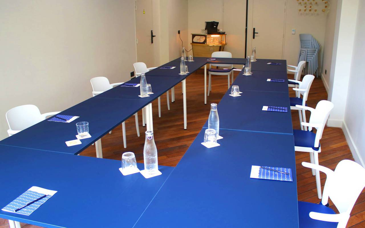 tables in a room for meeting in Toulon