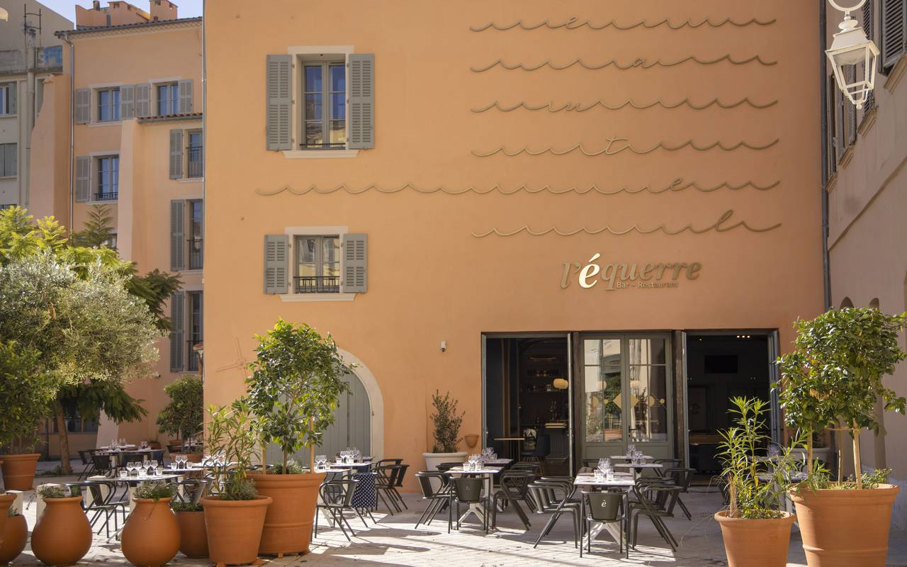 Facade of the hotel with the terrace, Toulon holidays, l'Eautel