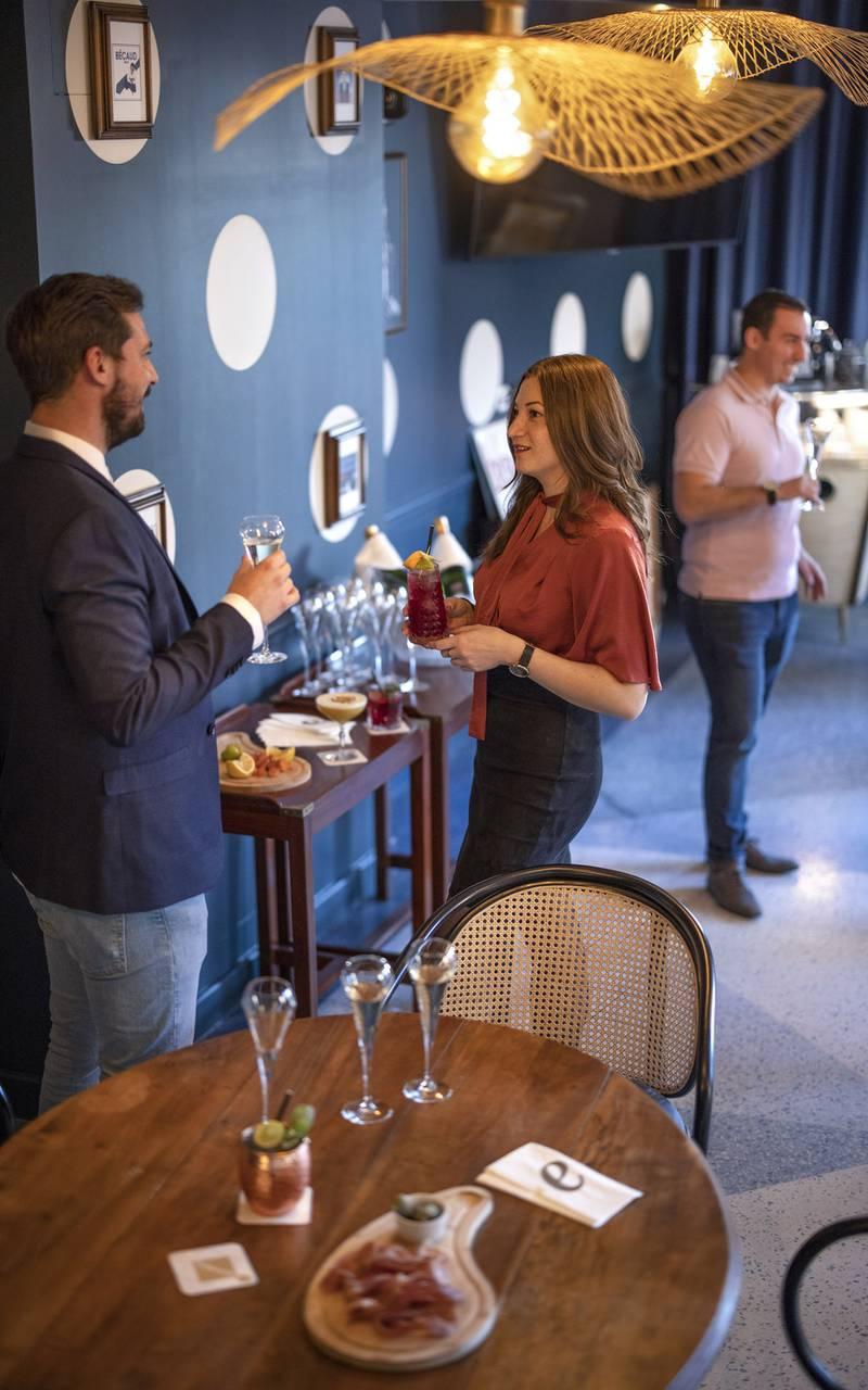 People during a cocktail, meeting Toulon, l'Eautel