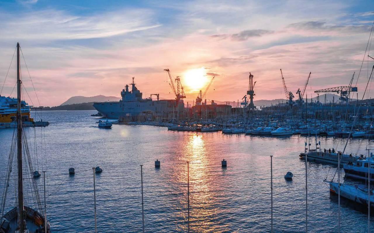 coucher de soleil sur le port de Toulon week end romantique dans le Var