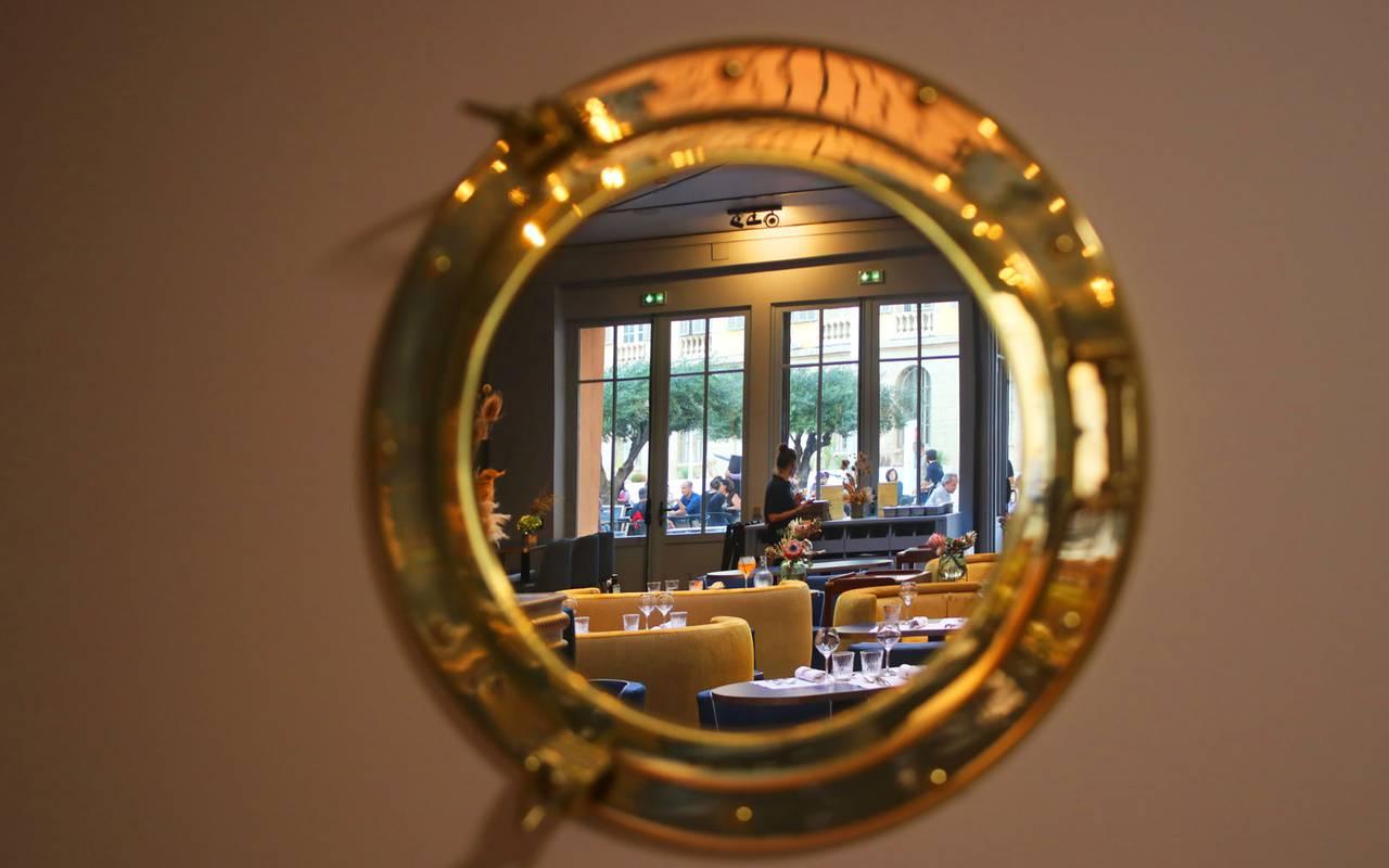 Vue de la salle de restaurant dans un hublot, dans notre restaurant de charme dans le Var.