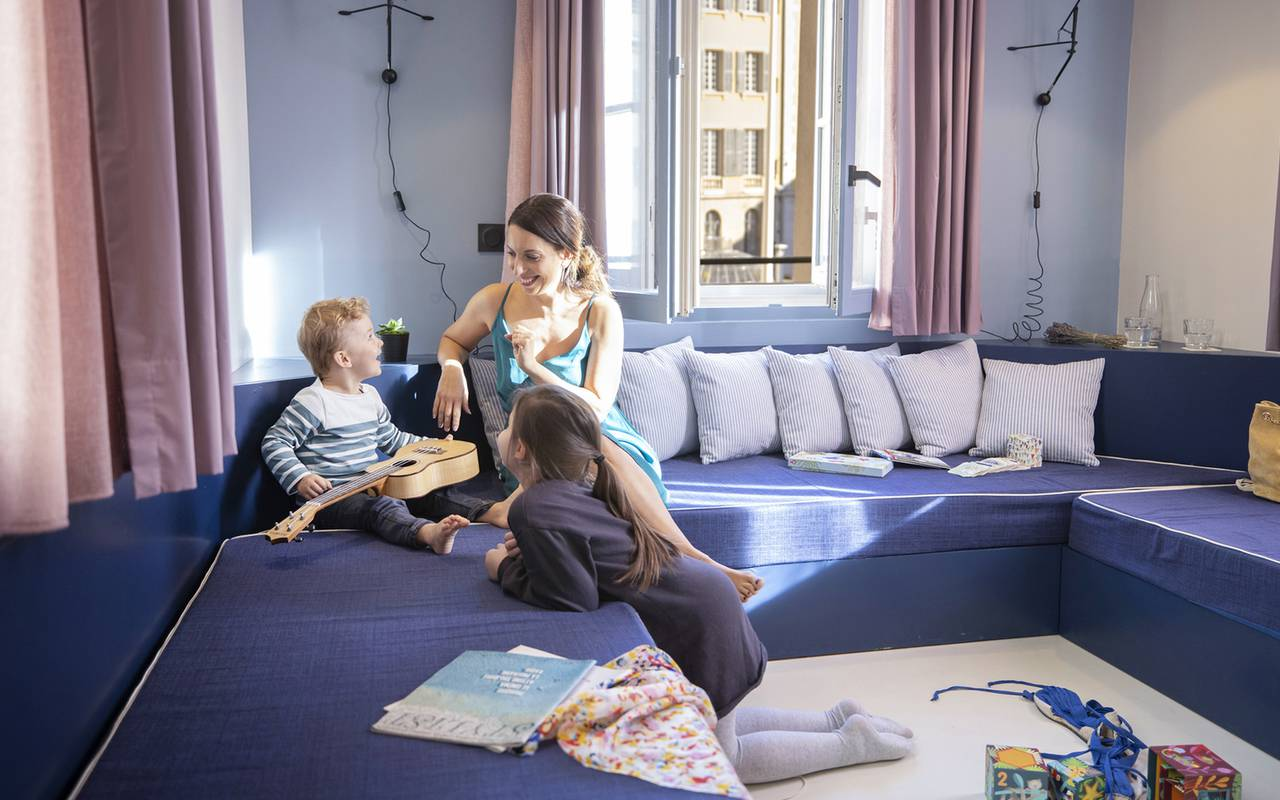 Famille sur le grand canapé, hôtel de charme dans le Var, l'Eautel