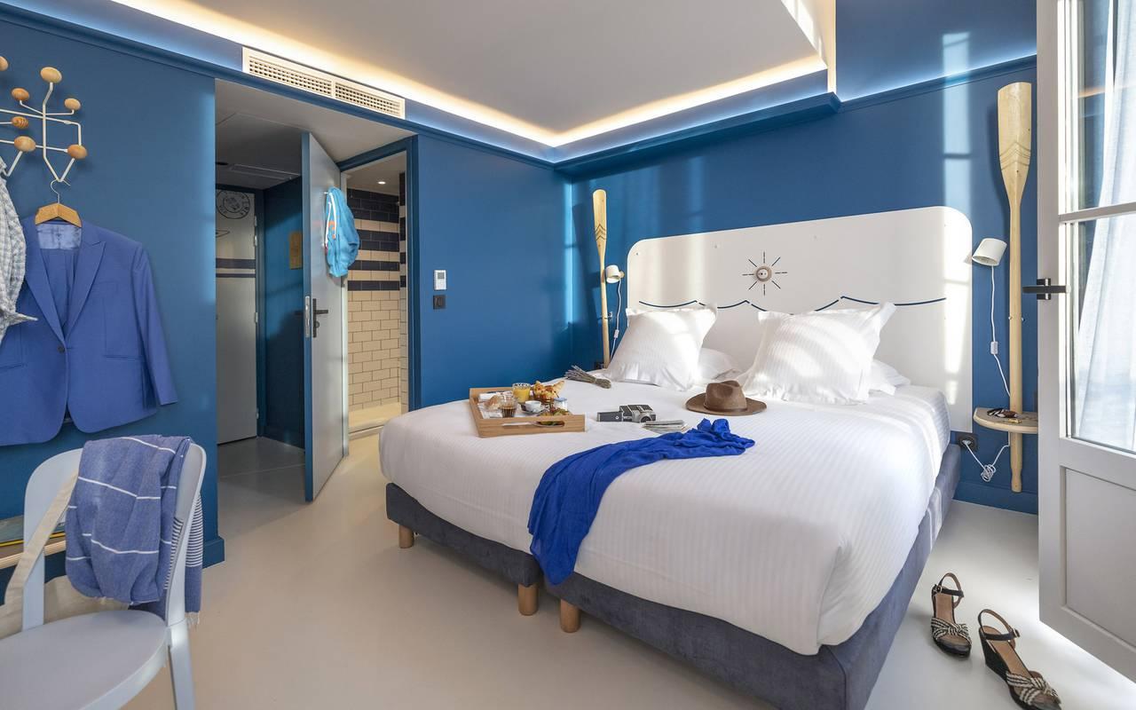 chambre spacieuse blueue, hôtel Toulon centre, l'Eautel