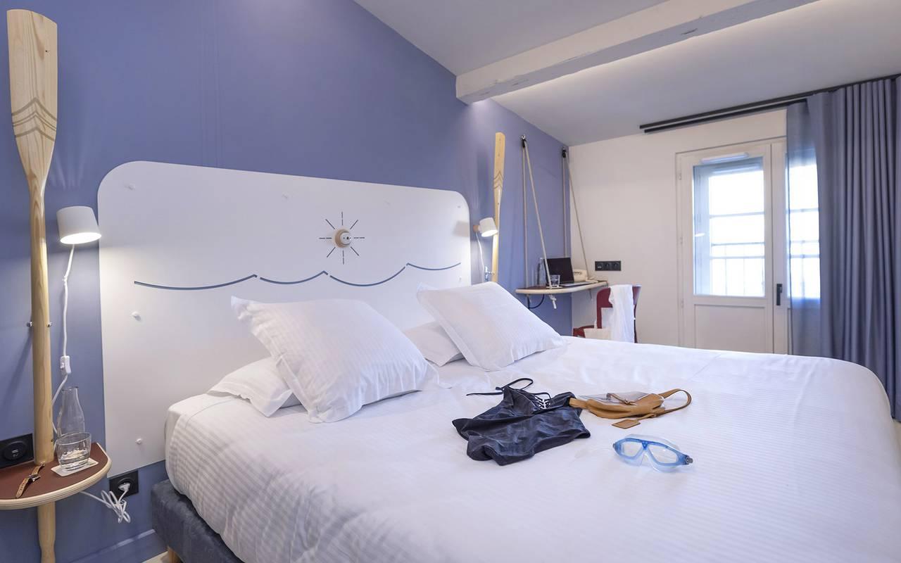Chambre à la décoration marine, week end Toulon, l'Eautel