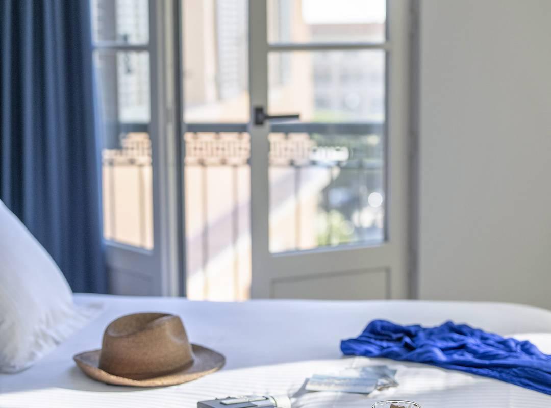 Petit-déjeuner sur le lit, hôtel Toulon centre, l'Eautel