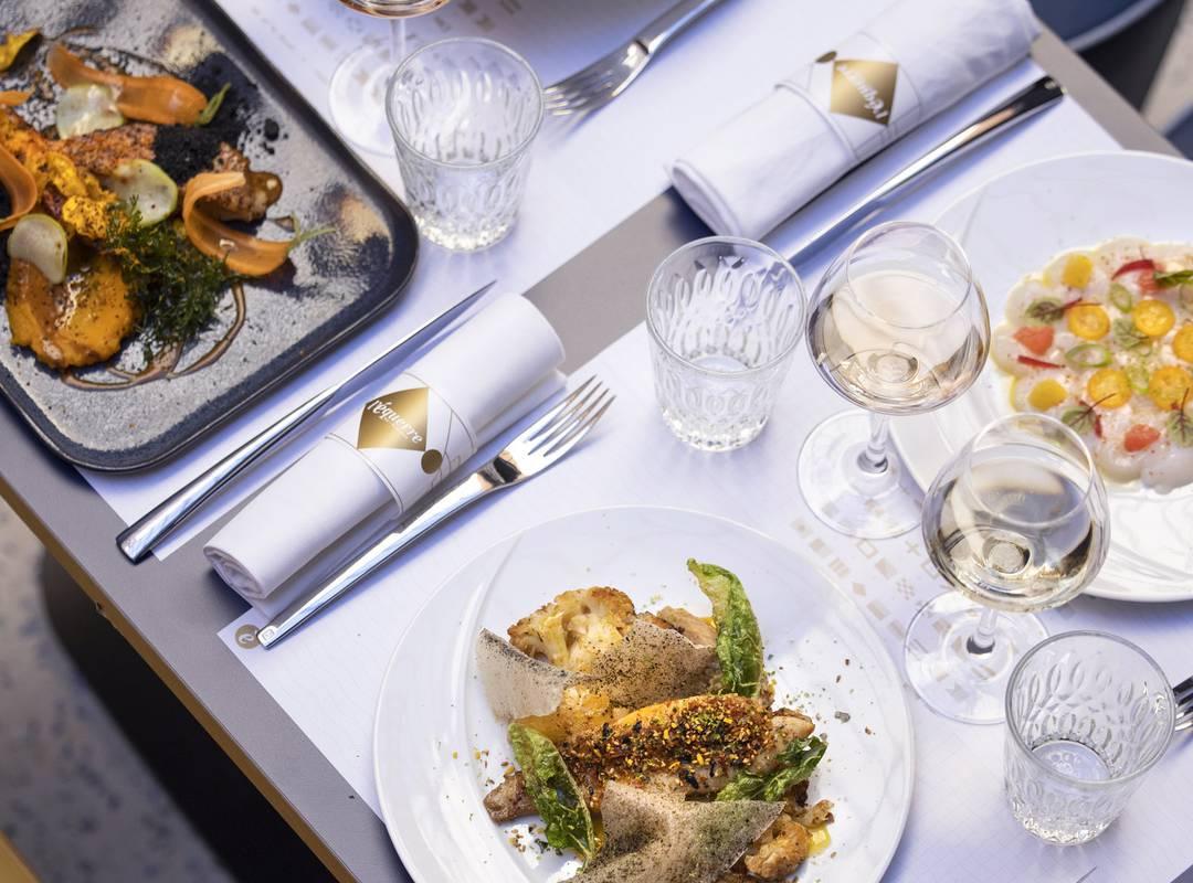 Vue de la table et des plats, restaurant port Toulon, L'Equerre, L'Eautel