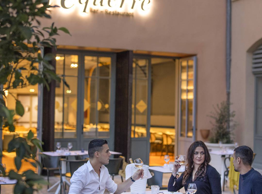 Personnes dinant sur la terrasse, restaurant port Toulon, L'Equerre, L'Eautel