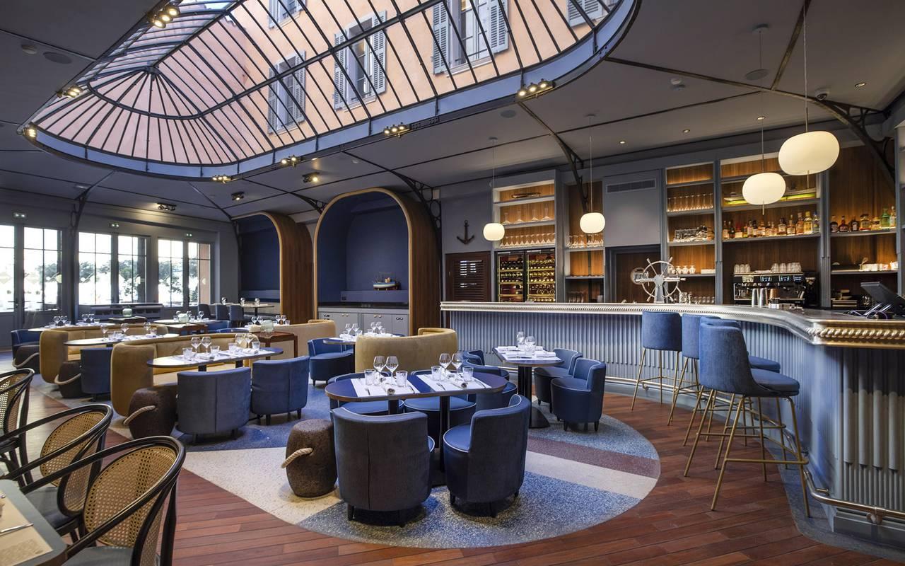 Salle du restaurant élégante, restaurant port Toulon, L'Equerre, L'Eautel