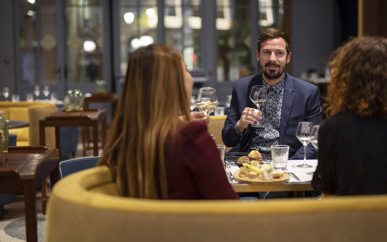 Personnes au restaurant, restaurant port Toulon, L'Equerre, L'Eautel