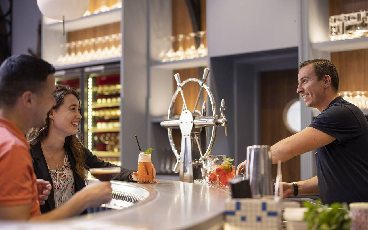 Personnes buvant au bar, restaurant port Toulon, L'Equerre, L'Eautel