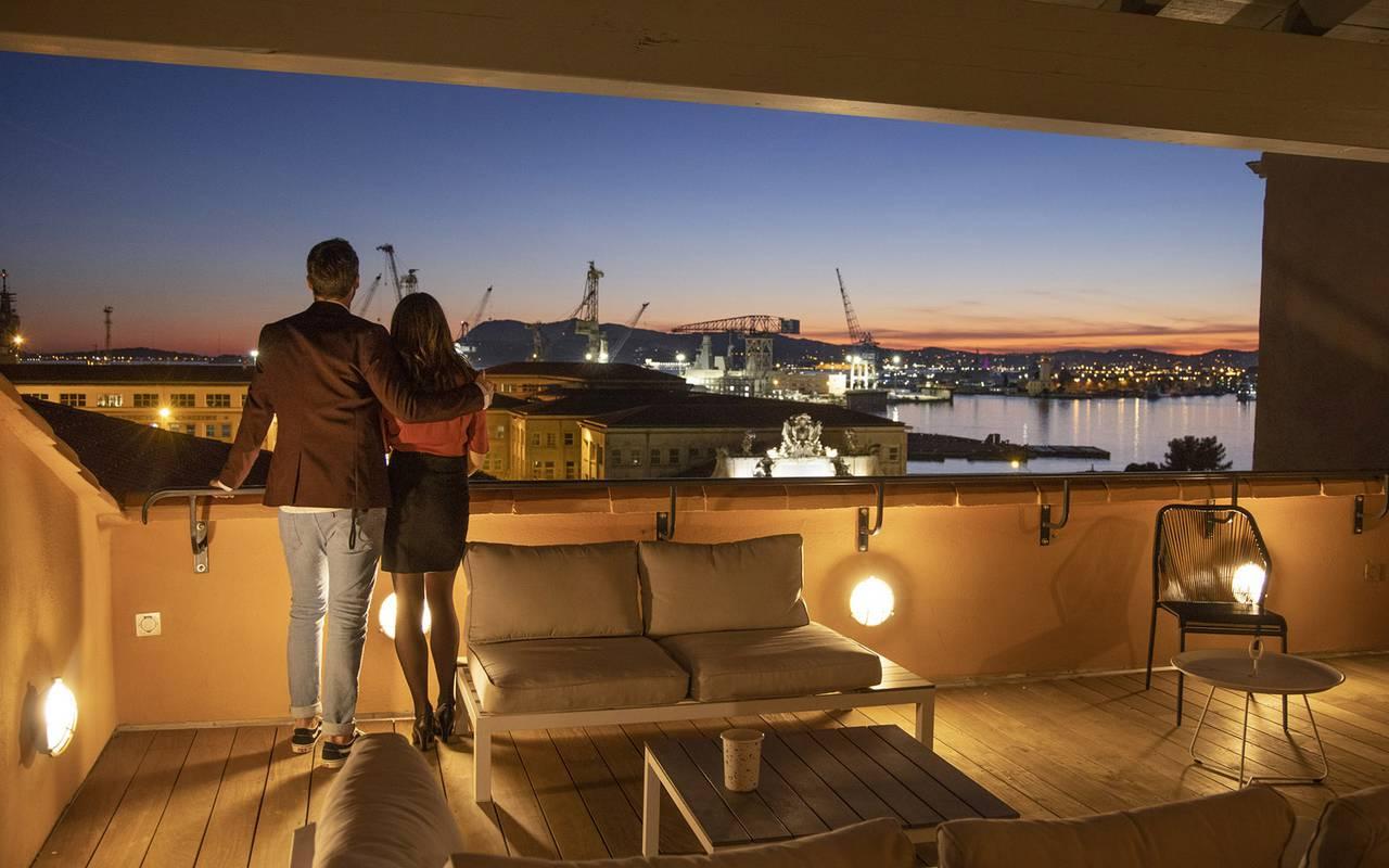 Couple sur la terrasse, hôtel avec piscine Toulon, l'Eautel