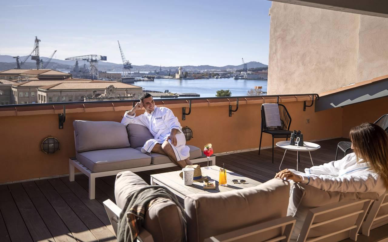 Personnes sur le solarium, hôtel avec piscine Toulon, l'Eautel