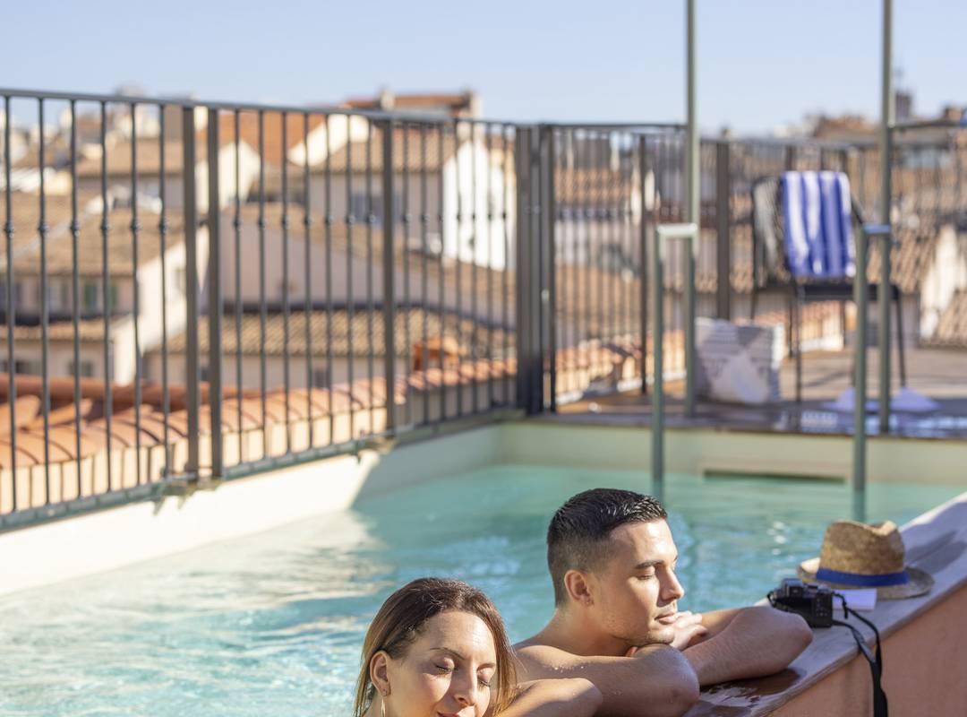 Couple dans la piscine, hôtel avec piscine Toulon, l'Eautel