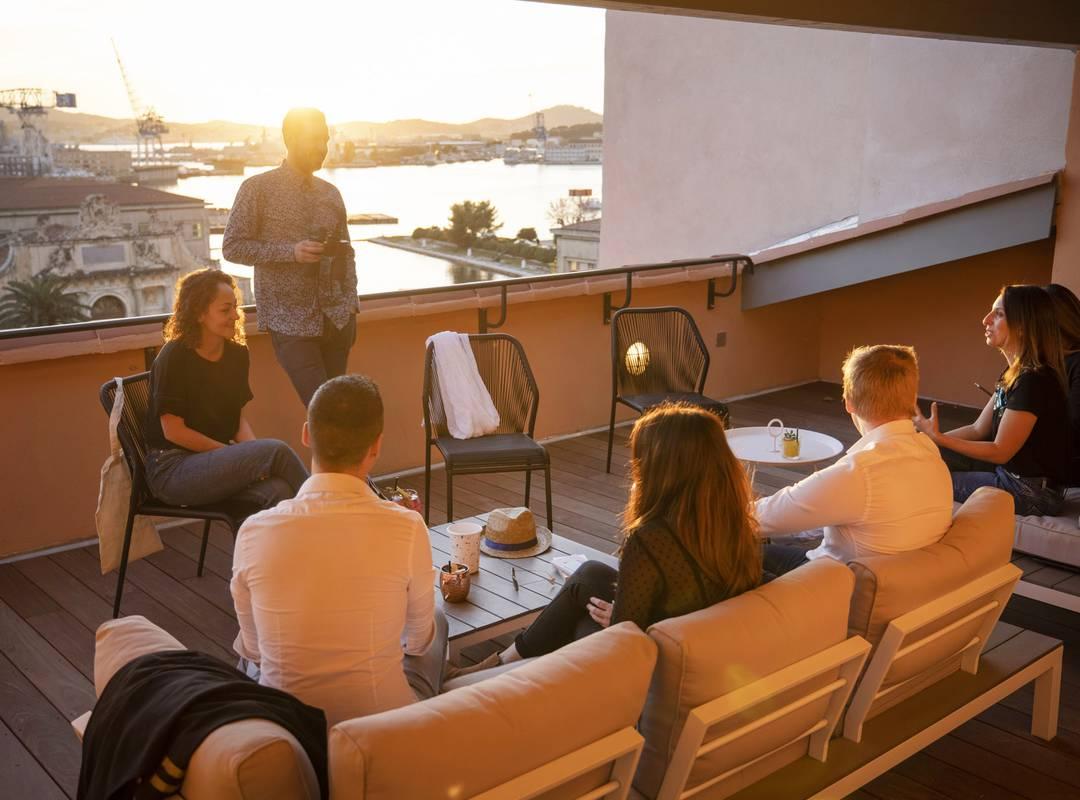Personnes sur la terrasse, location de salle Toulon, l'Eautel