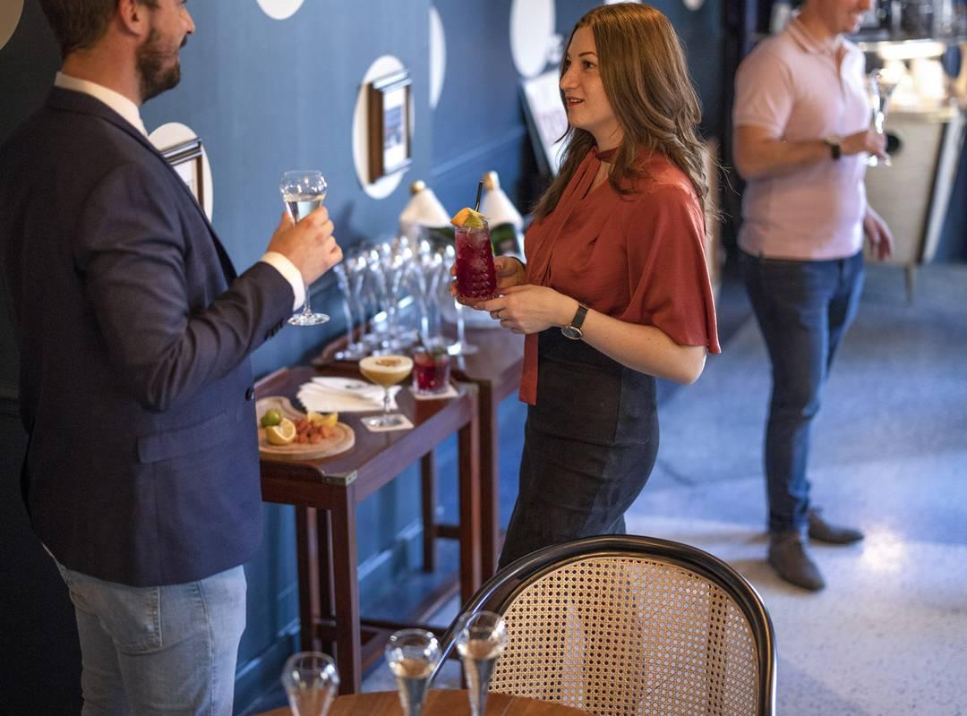 Personnes durant un cocktail, location de salle Toulon, l'Eautel