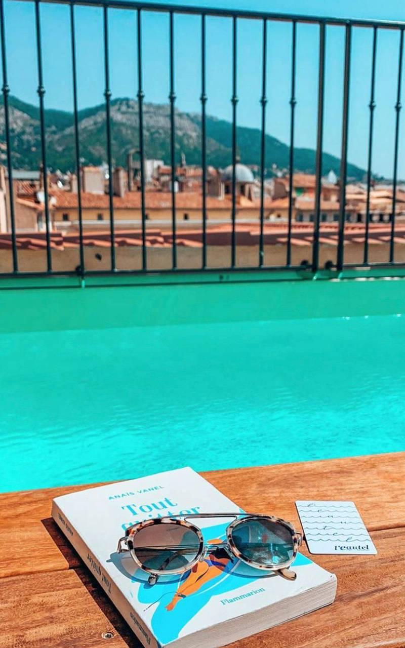 Livre au bord de la piscine sur le toit de notre hôtel 4 étoiles dans le Var